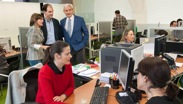 Imagen del consejero Aranburu, el director Esain y la directora Huarte en la oficina de Hacienda de Pamplona.