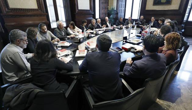 El presidente del Parlament, Roger Torrent (derecha), al inicio de la reunión de la Junta de Portavoces.