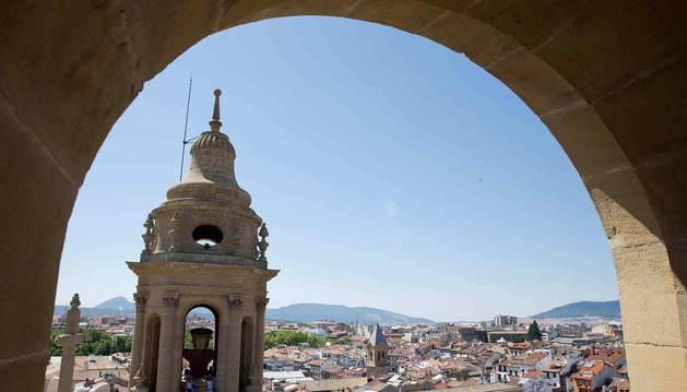 foto Vista de la torre sur de la catedral de Pamplona, en una imagen tomada desde la norte.