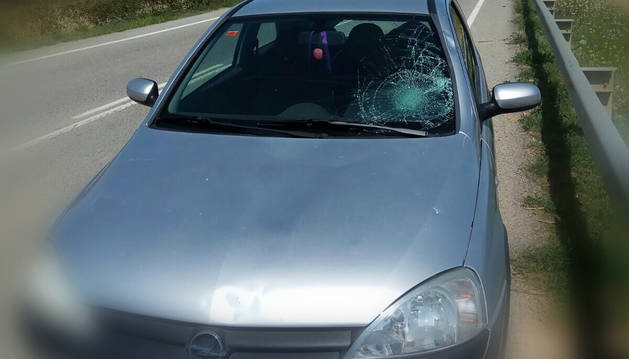 Estado de la luna del vehículo tras atropellar al ciclista.