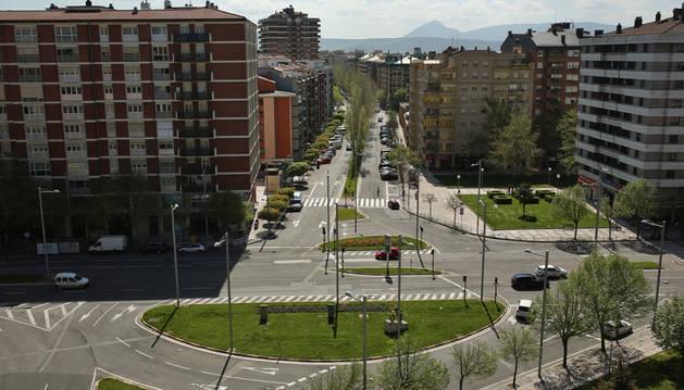 Los coches que entren a la avenida por la derecha y quieran dirigirse hacia la avenida de La Rioja (abajo), tendrán que meterse por la calle Iturrama (al fondo), dar la vuelta en la rotonda del cruce con Fuente del Hierro y volver por la calle Iturrama.