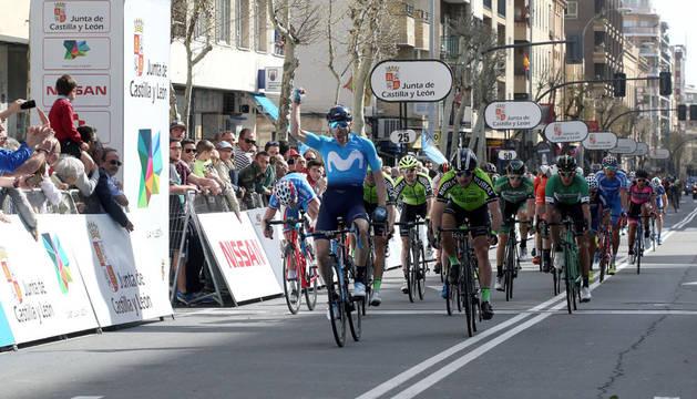 Barbero celebra su victoria en la primera etapa de la Vuelta a Castilla y León con meta en Salamanca