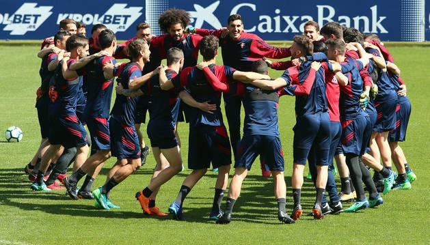 Piña de los jugadores de Osasuna en el último entrenamiento.
