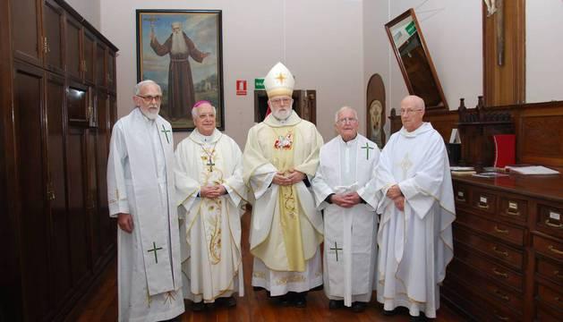 De izda a dcha, P. Miguel Ángel Azcona, mons. Jesús Esteban Sádaba, mons. Celestino Aós, P. José Antonio Recalde y P. Juan Miguel Echaide.