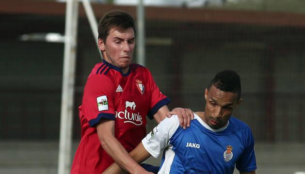 Valdo (Peña Sport) defiende la pelota ante su rival Moncayola (Osasuna) en el partido de ayer