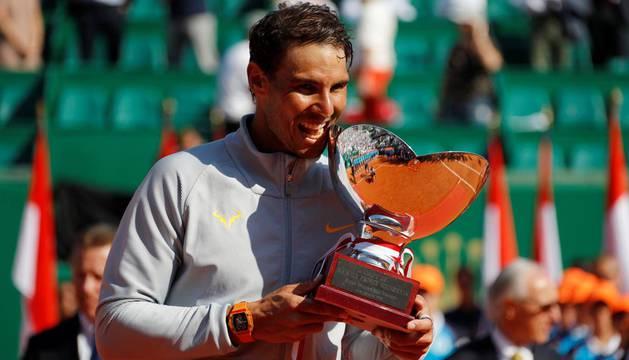 Nadal con el trofeo del torneo de Montecarlo