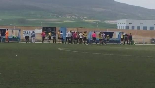 Imagen que se hizo pública de la trifulca que se produjo ayer en el partido entre el Bidezarra y el Aluvión.