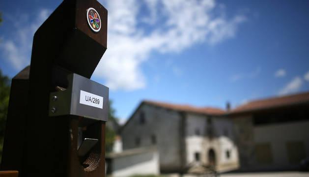 Detalle de uno de los postes de recogida selectiva de la basura del 'puerta a puerta'.