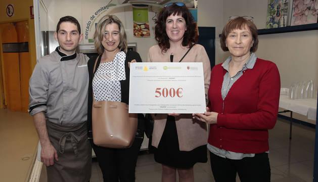 Los mercados del Ensanche y Ermitagaña recaudan 500 euros contra el Parkinson