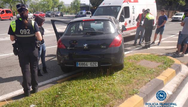 Aparatoso choque sin heridos entre un coche y una ambulancia en Pamplona