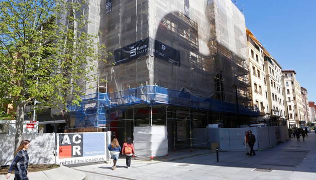 Vista principal del andamio y las obras de rehabilitación llevadas a cabo entre la avenida Carlos III y la calle Tafalla en Pamplona.