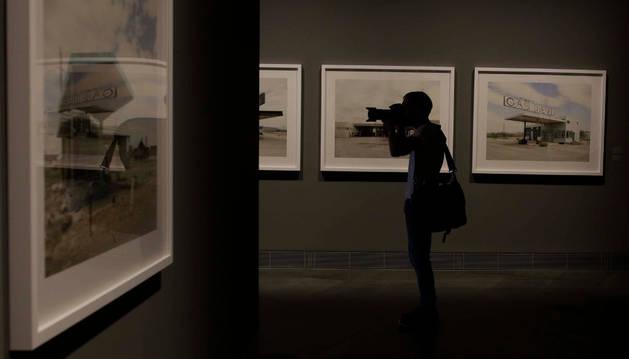 """La serie de Bergera crea un puente con el trabajo que hace cincuenta años realizó el artista Ed Ruscha, """"máximo punto de ignición de la cultura pop""""."""