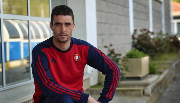 Sergio Amatriain sentado en las escaleras de acceso a las instalaciones de Tajonar ayer tras el entrenamiento de Osasuna Promesas.