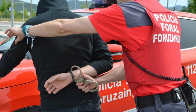Un agente de Policía Foral realizando una detención.