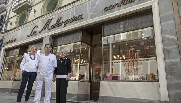 Foto de Olga Sánchez Botella,  Jesús Sancho Astiz y Camino Fernández Iriberri, en la pastelería de la calle Mayor que abrió sus puertas en 1927.