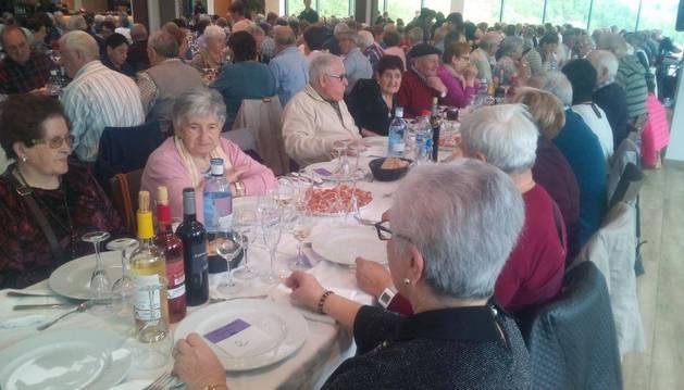 Foto del encuentro gastronómico como prerámbulo a la demostración de canto que animó la sobremesa en Dantxarinea.