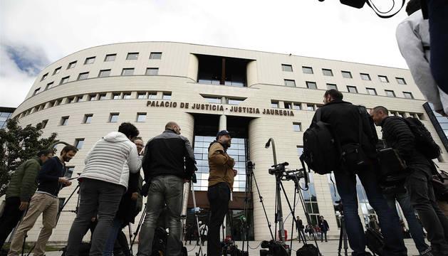 Periodistas en el exterior de la Audiencia de Navarra.
