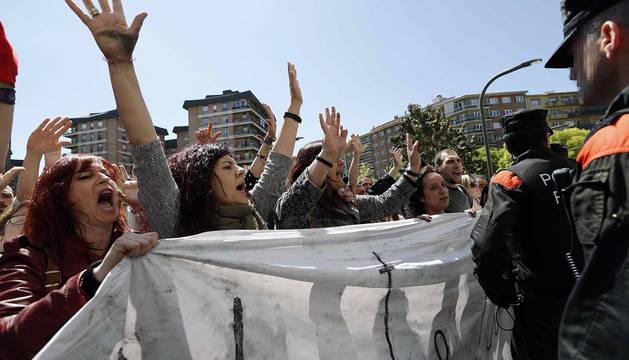 Protestas en la puerta de la Audiencia de Navarra.
