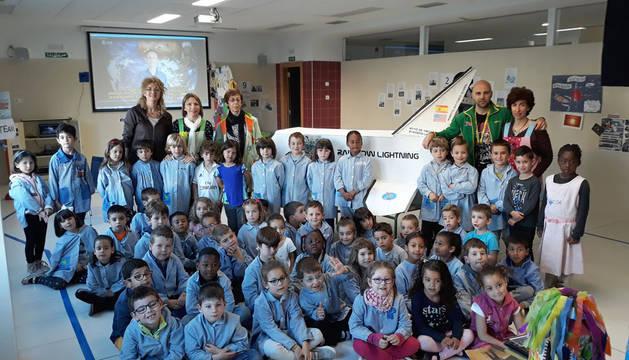 Varios de los alumnos y profesores que han desarrollado el proyecto, junto a la maqueta del transbordador espacial hecha con cartón.
