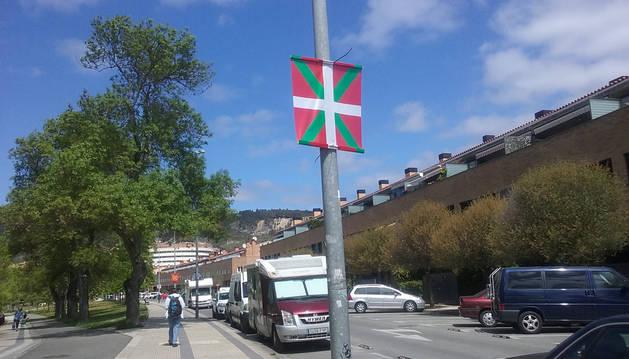 Foto de Ikurriñas en las calles de la Txantrea.