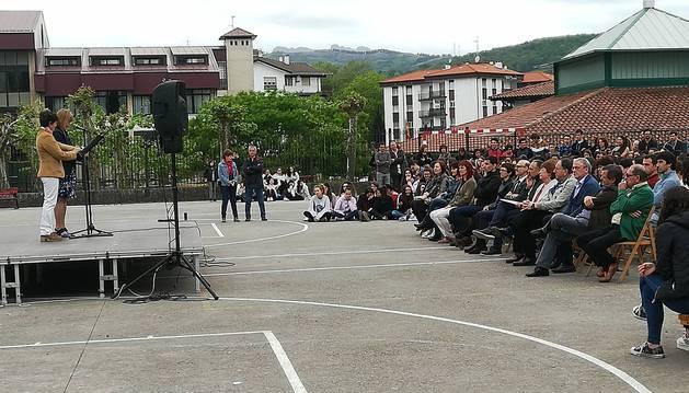 Foto de la directora del instituto Toki Ona, Enkarni Peña, y su vicedirectora, Araceli Martín, se dirigen a los congregados en el acto de ayer.