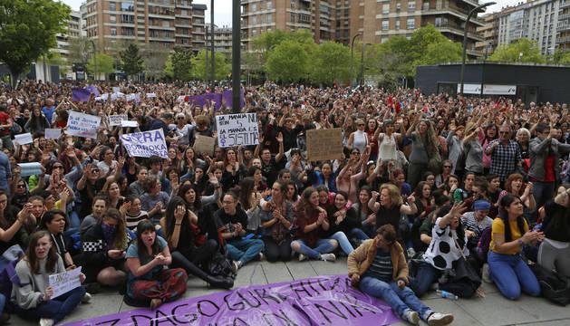 Foto de más de un millar de personas se concentraron ayer durante cerca de dos horas ante la Audiencia de Navarra para protestar contra la sentencia.