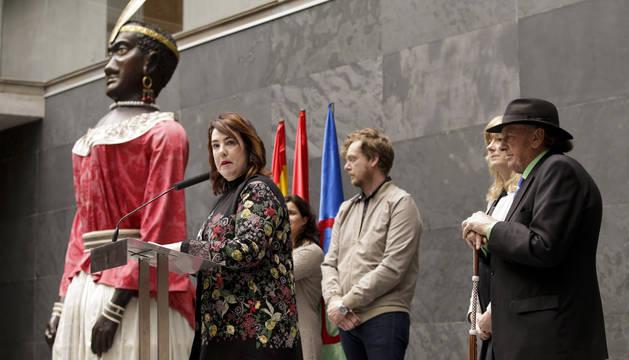 La presidenta del Parlamento, en el acto por el Día de la Comunidad Gitana en Navarra en el Parlamento foral.