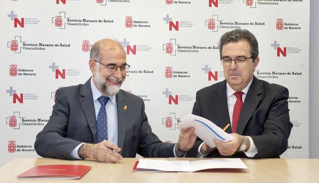 El consejero de Salud, Fernando Domínguez, y el vicepresidente de la Fundación Amancio Ortega, José Arnau, firman el convenio específico de colaboración.