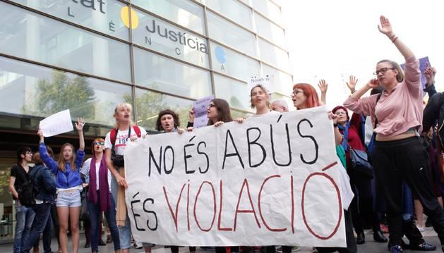 Cerca de medio millar de personas se han concentrado esta mañana ante los juzgados de València para mostrar su apoyo y solidaridad a la víctima de los miembros de 'La Manada'.