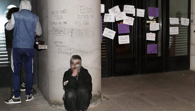 Varias pintadas y carteles en contra de la sentencia de la Audiencia de Navarra.