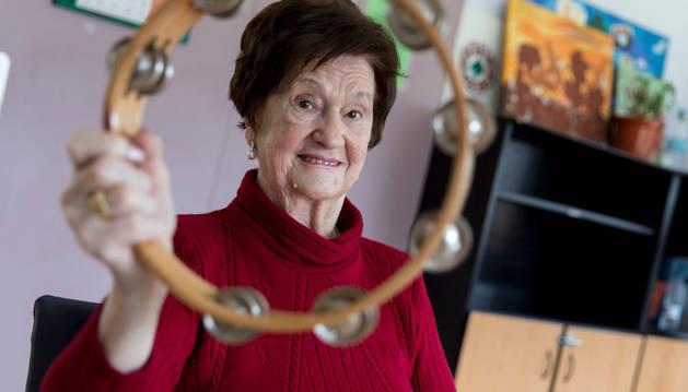 La musicoterapia forma parte del proceso de recuperación de los pacientes. Ana Mari Goikoetxea posa con una pandereta.