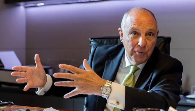 Javier Taberna, durante la entrevista mantenida en su despacho de la sede de la Cámara Navarra. Su pipa de fumar descansa sobre la mesa.