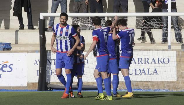 Foto de los jugadores del Izarra celebran uno de los tantos en la tarde de ayer, que les da aire en este duro final.