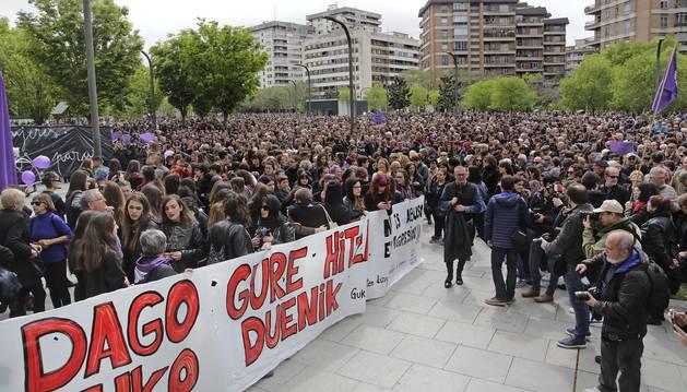 Foto de la marcha contó con una segunda gran pancarta, en este caso de color negro.
