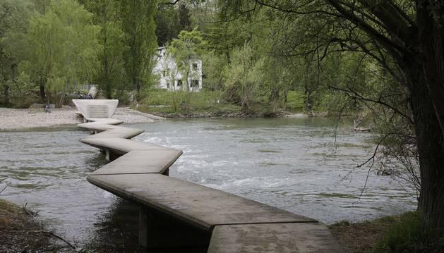 Foto del aspecto ayer de las pasarelas. El río ha reducido considerablemente el caudal y se ha retiado el enorme tronco que bloqueaba el paso del agua.