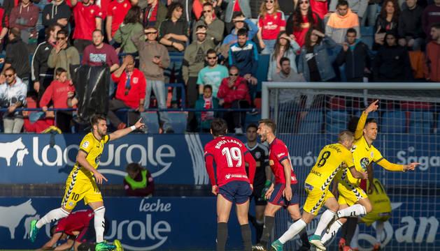 Cristian Herrera celebra el gol del Lugo ante las protestas de Roberto Torres.
