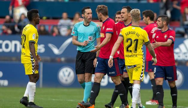 Xisco Jiménez protesta una decisión del árbitro junto a Unai García.