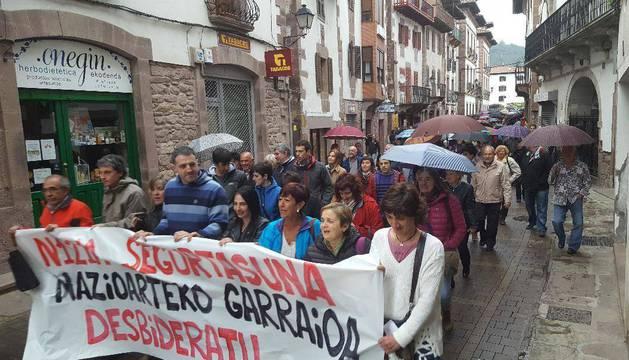 Foto de los alcaldes de los municipios de la N-121-A encabezaron la manifestación de ayer en Elizondo.