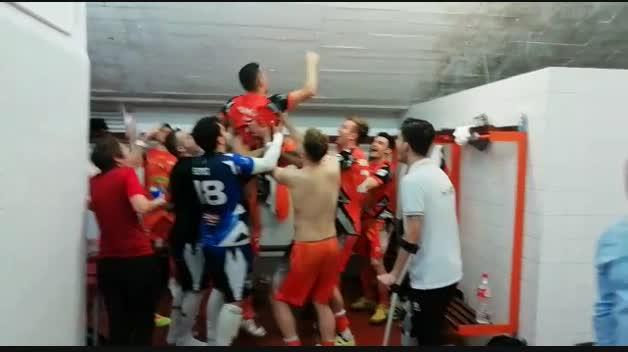 Celebración de jugadores y técnicos del Aspil-Vidal en el vestuario