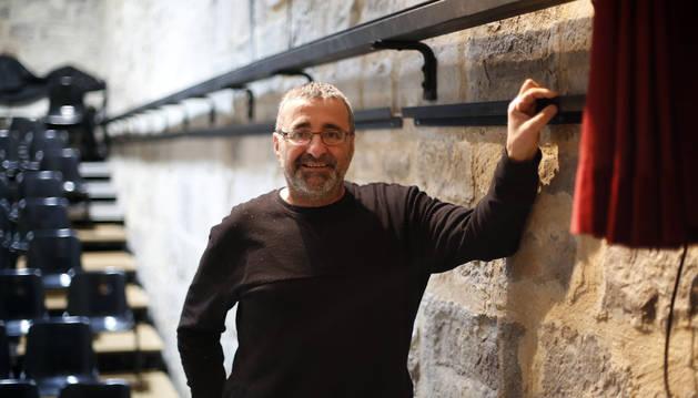 Patxi Mikeo, junto a uno de los muros del escenario teatral de Irurtzun.