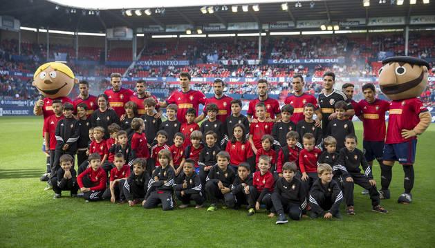 Foto de los jugadores de Osasuna se fotografiaron antes del partido contra el Lugo con este grupo de niños de la Escuela de Fútbol de Tajonar.