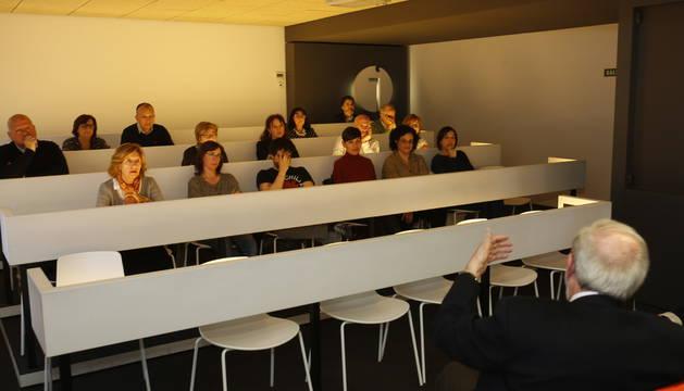 Foto de Villegas (de espaldas), durante su charla en Diario de Navarra.