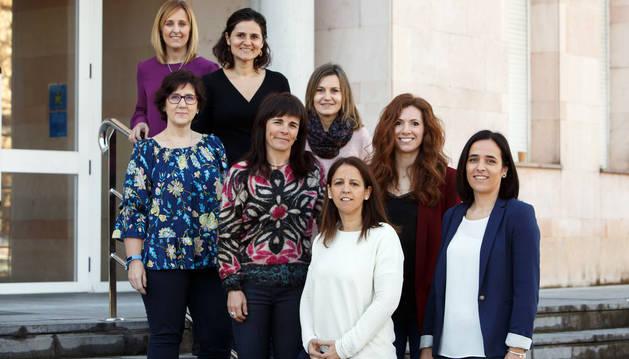 Foto de Ana Insausti, Alazne Antón y Nelia Soto. Tras ellas, también de izda. a dcha., Ana Ibáñez, Raquel Sáenz, Nieves Iturria, María Ortega y Leticia San Martín.