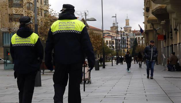 Foto de un agente de Policía Municipal de Pamplona patrullando a pie por Carlos III.