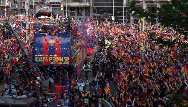 El Barcelona, celebrando el doblete con los aficionados.