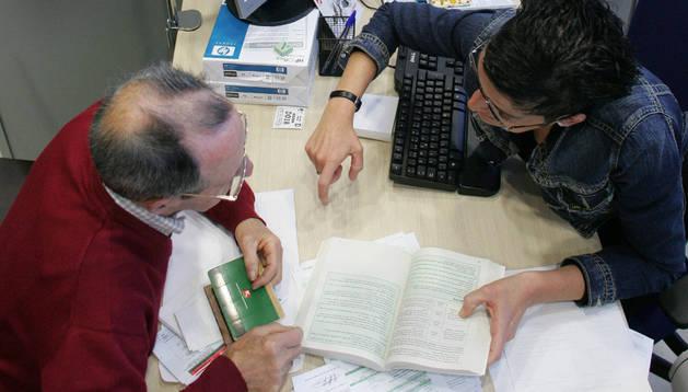 Ciudadanos cumplimentando su declaración de la renta.