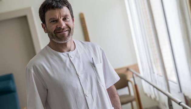 Josu Alustiza, creador del Test de Alusti para la valoración funcional de pacientes geriátricos, en el gimnasio de la Clínica Josefina Arregui.