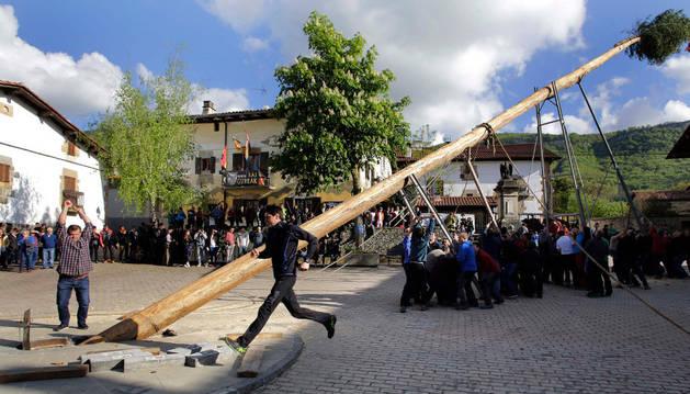 Maza en mano, cada movimiento del grupo en el levantamiento del 'Mayo' fue correspondido con un golpe en su base para asegurar su estabilidad en la plaza.