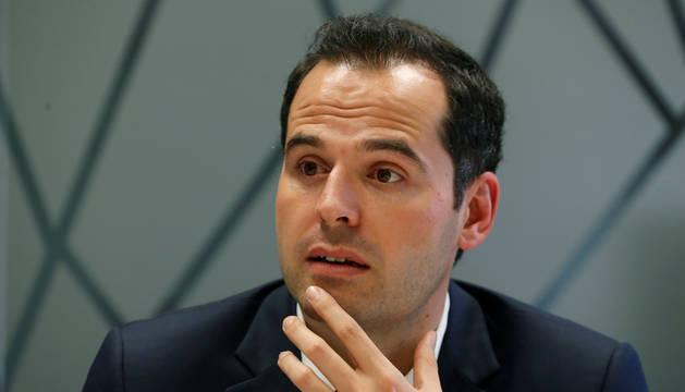 foto de El portavoz de Ciudadanos en la Asamblea de Madrid, Ignacio Aguado, durante una entrevista.