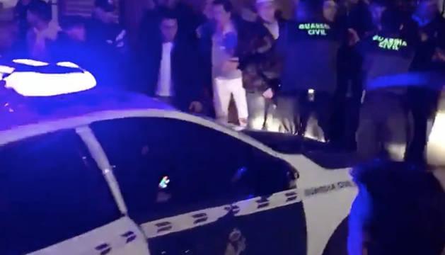 Efectivos de policía median en la pelea multitudinaria de  Lominchar (Toledo).